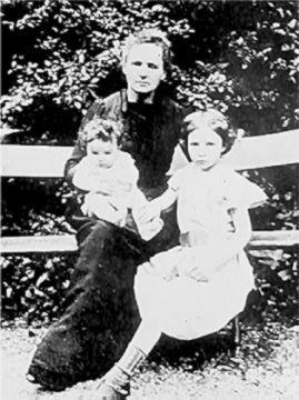 """""""صورة ماري كوري مع ابنتيها ايرين وأيف"""""""